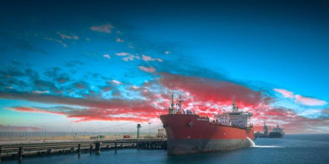 استقبل ميناء الملك فهد الصناعي بالجبيل في السعودية، أكبر شحنة بضائع في تاريخه، عبر مناولته خزانيين منفصلين من الغاز، وبلغ وزن الخزان الواحد ما يزيد عن 2008 أطنان. وقام الموظفون في الميناء بإرساء السفينة وتفريغ الشحنة من خلال الرصيف 23، في إطار جهود إدارة الميناء النوعية لرفع مستوى القدرات التشغيلية واللوجستية للميناء. ويقدم الميناء التسهيلات المتنوعة لمناولة مختلف أنواع البضائع العامة والسائبة وبضائع الدحرجة، وكذلك خدمة إصلاح السفن، وإجراء عمليات الصيانة اللازمة، إضافة إلى المساحات المخصصة لتخزين مختلف البضائع. ويقع ميناء الملك فهد الصناعي بالجبيل في شرق السعودية على ساحل الخليج العربي، ويحتوي على 27 رصيفا يعمل منها 19 بشكل كامل ويخدم مدينة الجبيل الصناعية، وأنشئ في عام 1974. المصدر: الرياض