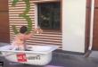 فيديو: حوض الاستحمام يتحول لوسيلة مواصلات!