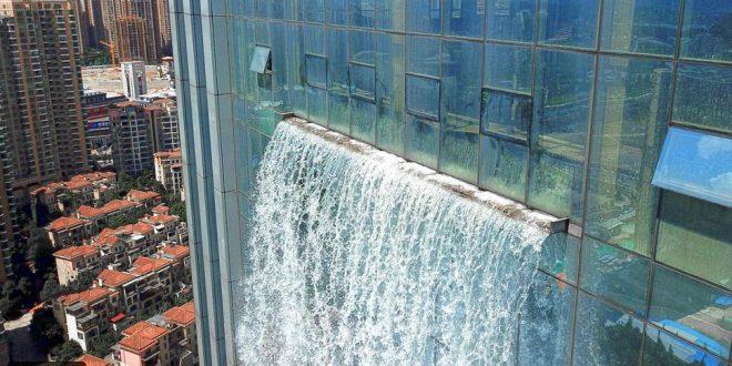 فيديو مذهل: أطول شلال صناعي في العالم على واجهة ناطحة سحاب.. أين؟