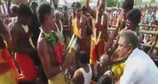 تكسير جوز الهند على رؤوس متدينين متحمسين أثناء مهرجان عبادة الماء