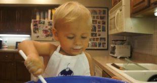 عمره عامان.. أصغر طباخ في العالم يصنع كعكة عيد ميلاده