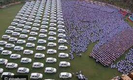 فيديو: رجل أعمال هندي يهدي موظفيه مئات السيارات في احتفالية ضخمة
