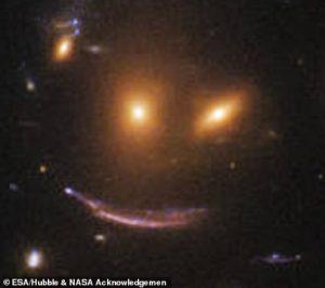 """التقط تلسكوب هابل الفضائي التابع لوكالة ناسا ووكالة الفضاء الأوروبية، صورة جديدة لـ """"مجموعة مجرات مبتسمة"""".  وتُظهر الصورة الملتقطة بواسطة كاميرا واسعة النطاق (WFC3)، وجود مجموعة مجرات معروفة رسميا باسم """"SDSS J0952+3434"""".  كما كشف هابل عن نقطتين """"معلقتين"""" فوق قوس من الضوء، محاط بمساحة مليئة بالمجرات من جميع الأشكال والألوان والأحجام. وتقول ناسا إن خدعة ضوئية أدت إلى تشكيل ما يشبه """"الفم"""".   ESA/Hubble & NASA Acknowledgemen والتُقطت هذه الصورة في محاولة أجراها مصممو تلسكوب هابل، لفهم كيف أن النجوم الجديدة تنبض بالحياة في جميع أنحاء الكون.   ESA/Hubble & NASA Acknowledgemen وقالت وكالة الفضاء الأمريكية: """"إن كاميرا """"WFC3"""" قادرة على رؤية مجرات بعيدة بدقة لم يسبق لها مثيل، وبدرجة كافية لتحديد ودراسة مناطق تشكل النجوم داخلها"""".  إقرأ المزيد هابل يكشف عن """"ظل الخفاش"""" الكوني على بعد 1300 سنة ضوئيةهابل يكشف عن """"ظل الخفاش"""" الكوني على بعد 1300 سنة ضوئية تجدر الإشارة إلى أن النجوم تولد في غيوم ضخمة من الغاز، وهذه الغيوم تنمو وتبدأ في الانهيار لتصبح """"بذورا"""" قبل أن تتطور لتكون نجوما جديدة.  ومن خلال تحليل لمعان وحجم ومعدل تكوين """"بذور"""" النجوم المختلفة، يأمل العلماء في معرفة المزيد عن العمليات التي يمكن أن تؤدي إلى تكوين نجم جديد.  ومن المتوقع أن تقدم دراسة المجرات المختلفة، معلومات حول تكوين النجوم في نقاط مختلفة من الزمان والمكان، في جميع أنحاء الكون.  المصدر: ديلي ميل"""
