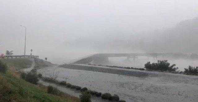 شاهد: عاصفة مطيرة تُدمر جسرًا خرسانيًا داخل نهر في نيوزيلندا