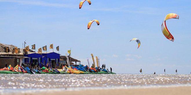 شاهد: الرياح تحمل عشاق الرياضات البحرية إلى الداخلة