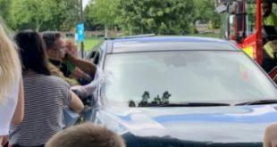 إنقاذ طفل من داخل سيارة بعد معاناته ارتفاع الحرارة