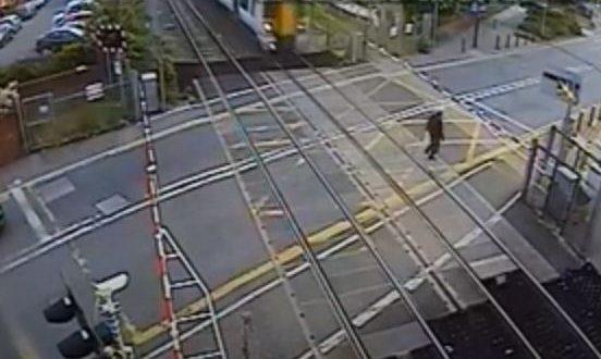 رجل متهور ينجو من الموت تحت قطار بأعجوبة فى بريطانيا