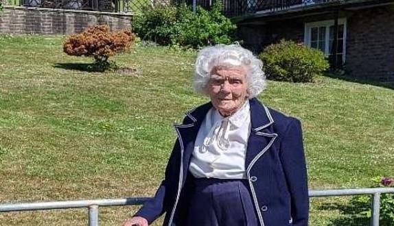 سيدة مسنة تجمع تبرعات لمؤسسة القلب البريطانية عبر المشى.. عمرها 104 أعوام