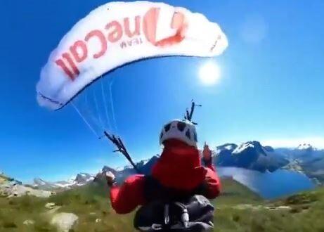 مغامر يقفز فوق قمة جبل بالنرويج من هليكوبتر