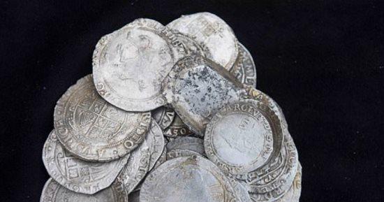 خبير كشف عن معادن يعثر على كنز ثمين من عملات فضية أثرية