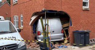 شاحنة تخترق جدار منزل وتصيب طفلا بغرفة المعيشة فى بريطانيا
