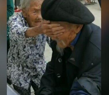 عجوز عمرها 100 عام تغطى عينى زوجها لتهدئة أعصابه أثناء سحب دم منه