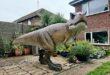 بريطانى يفاجئ زوجته بمجسم ديناصور 3.5 متر فى فناء منزلهما