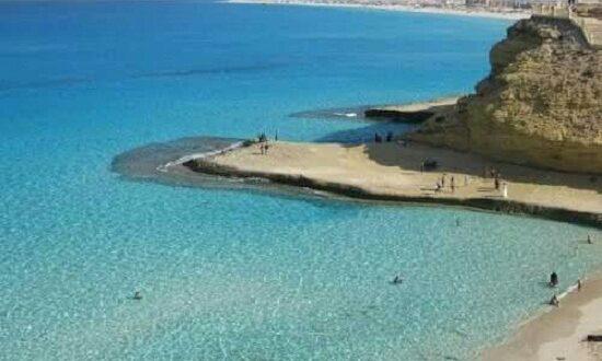 شاطئ عجيبة بمطروح قطعة فنية من إبداع الخالق.. صخوره سبب تسميته