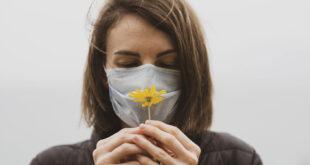 لماذا تستمر تغيرات الرائحة والمذاق لفترة أطول من أعراض COVID-19 الأخرى