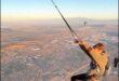 شاب متهور ينفذ قفزة بالمظلة من منطاد على ارتفاع 4 آلاف قدم بعد تأرجحه