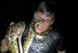 خبير زواحف يسمح لثعابين بلدغه لإثبات عدم سميتها بأمريكا