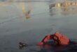 رجل إطفاء ينقذ بطة عالقة وسط الجليد بخزان ماء طبيعى فى موسكو