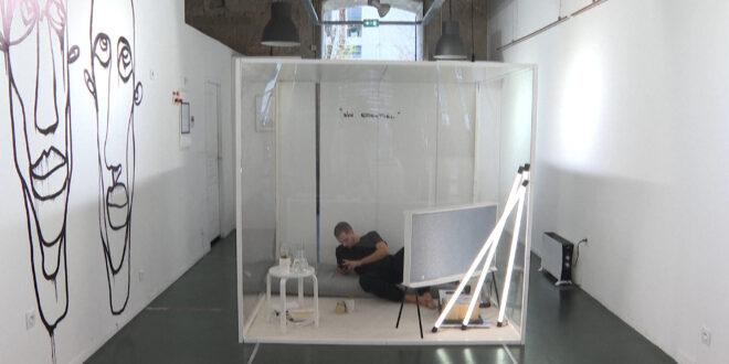 سبب غريب وراء حبس فنان فرنسي لنفسه فى مكعب بلاستيكى لمدة 20 يومًا