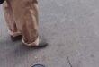 صينى يسير برفقة فأرين مربوطين بأحد الأسواق