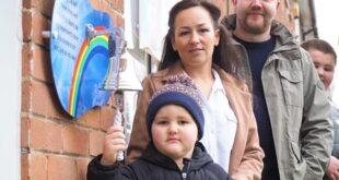 فرحة من القلب.. طفل بريطانى يبكى بعد تغلبه على السرطان