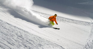 متزلج يهرب من مطاردة دب ضخم أعلى منحدر ثلجى فى رومانيا بحيلة ذكية