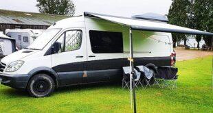 بريطانى يحول حافلة إلى فندق متنقل لتوفير نفقاته أثناء رحلات التخييم