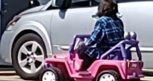 امرأة أمريكية تذهب للسوبر ماركت بسيارة أطفال كهربائية