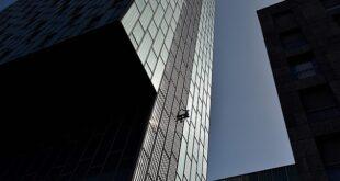 بريطانى يتسلق ناطحة سحاب بدون معدات حماية فى مغامرة مثيرة ببرشلونة