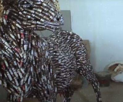 شاب نيجيري يصمم أشكال ومنحوتات فنية رائعة من شمعات اشعال المحركات