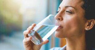 طبيبة تحذر من مخاطر الإفراط في شرب الماء.. منها التعرض لأزمة قلبية