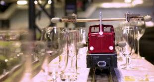 قطار صغير يدخل موسوعة جينيس بعزف أطول لحن موسيقى باستخدام 3 ألف كوب