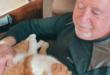 قطة وفية ترافق مريض سرطان لرعايته