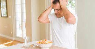 """هل تشعر بتشوش ذهني بعد تناول الطعام؟ قد تكون مصاباً بـ""""ضباب الدماغ""""، إليك أعراضه وطرق علاجه"""