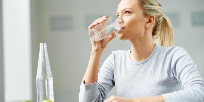 5 أطعمة يمكن أن تضيفها إلى الماء الذي تشربه لجعله أكثر ترطيباً وامتصاصاً في جسمك