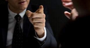 9 حِيل يستخدمها البعض للتلاعب برأيك ودفعك إلى تغييره