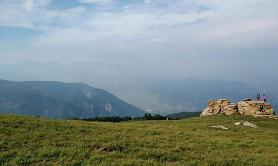 قرية صينية نائية تتحول من الفقر إلى وجهة جذب للسياحة بسبب الجبال