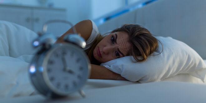 """هل تستيقظ مراراً خوفاً من الغرق في النوم؟ """"فوبيا إيقاف المنبه"""" وكيفية التغلب عليها"""