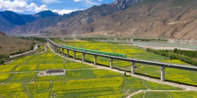 أول قطار سريع بمنطقة التبت يدخل الخدمة