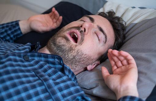 حالة مرضية نادرة تجبر رجلاً على النوم 3 أسابيع كل شهر! يأكل وعيناه مغمضتان وأسرته تحمِّمه وهو نائم