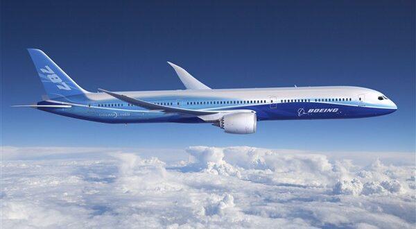 لماذا يبدو أن الطائرات تسير ببطء في السماء؟