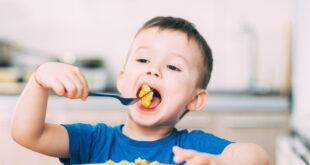 نصائح تساعد طفلك الذي يعاني من فرط الحركة وتشتت الانتباه على تناول طعامه