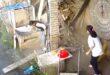 صينية تنجو من الموت بأعجوبة بعد سقوط سقف المنزل جانبها بخطوات
