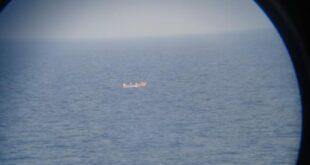 8 أشخاص يتشبثون بالحياة 3 أسابيع وسط المحيط الهندي.. تحطَّمت سفينتهم قبالة سواحل جزر القمر