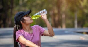 هل تساءلت يوماً عن المياه الملونة التي يشربها الرياضيون؟ تعرف على فوائد مياه الإلكتروليتات