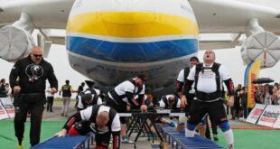 8 رياضيين يسحبون أضخم طائرة شحن في العالم ويسعون لدخول موسوعة جينيس